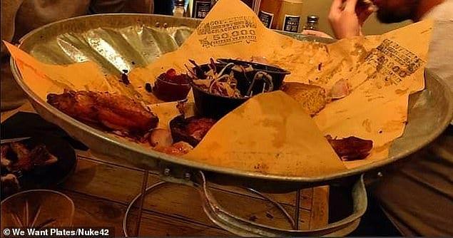 Пользователь Reddit съел свой рождественский ужин, поданный ему на крышке мусорной корзины.