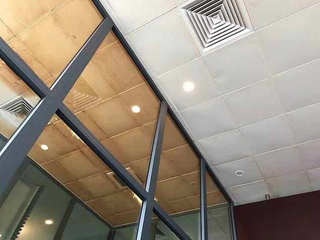 Потолок в аэропорту Дананг: один для курящих второй - для некурящих.