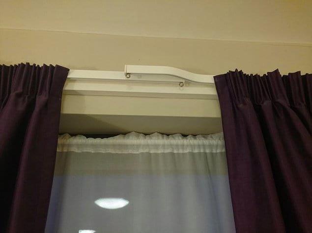 Проблема с проникающим в спальню пронзительным утренним светом через щелочку в занавесках решена. Наконец-то.