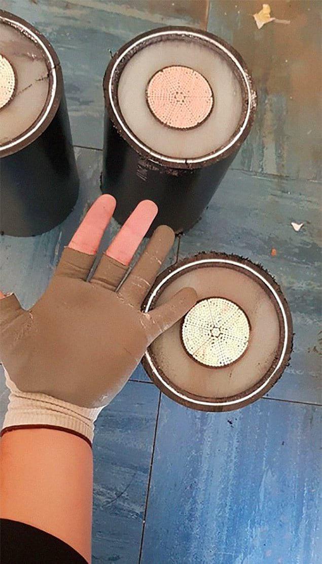 Размер подземных кабелей по сравнению с человеческой рукой