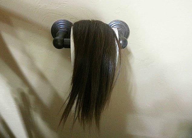 «Сестра недавно обрезала свои волосы. Она знает, как меня напрягают чужие волосы, и поэтому оставляет их везде по дому»