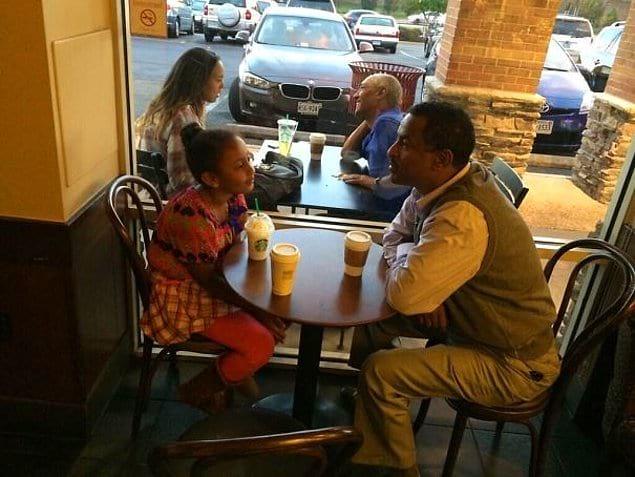 """""""Случайно сделал фото, как папа с дочкой на переднем плане будут выглядеть через лет эдак 20"""""""