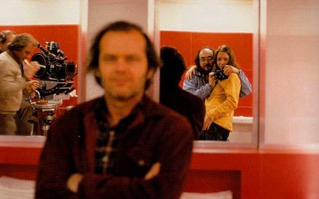 Стэнли Кубрик делает селфи со своей дочкой в зеркале, в то время как Джек Николсон думает, что фотографируют его