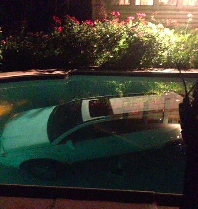 Только пьяные способны припарковать авто в бассейне