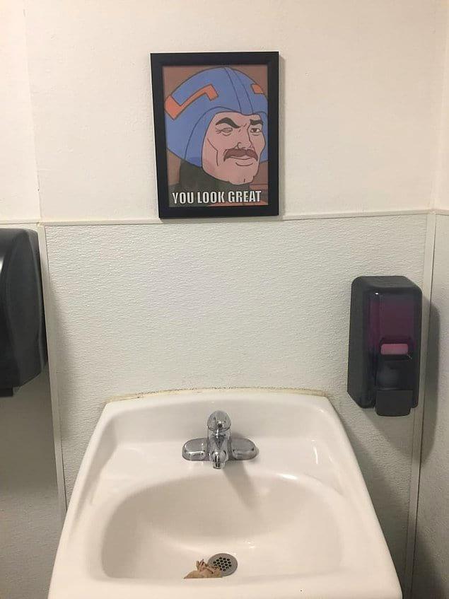 В этом общественном туалете висит вот такая картина вместо зеркала