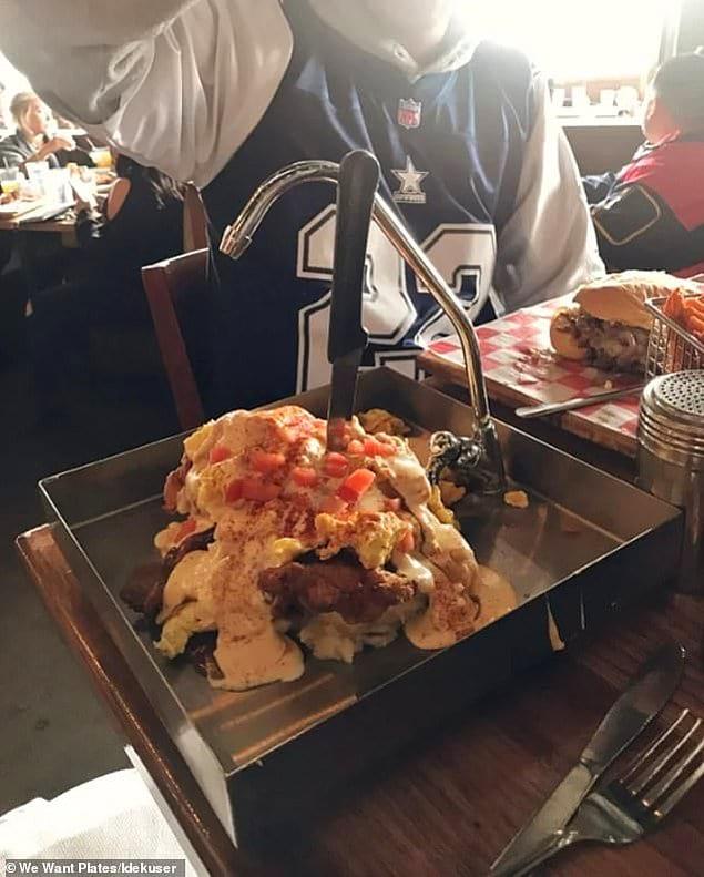 В этом ресторане блюдо под названием «Все, кроме кухонной раковины», состоящее из жареной курицы, яиц, хлеба, картофеля и бекона, подают в кухонной раковине!