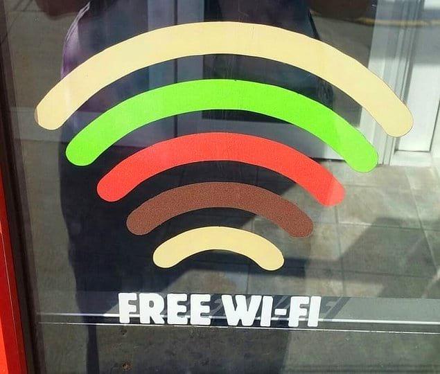 Знак wifi в бургерной, имитирующий сам бургер 🍔