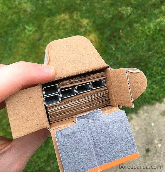 Это коробка со скобами или коробка с картоном?!