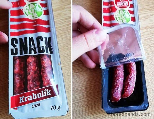 По упаковке можно подумать, что внутри три колбаски, но их только две