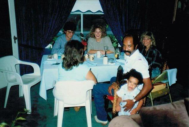 """""""Родители моей подруги раньше дружили с родителями Дрейка. Она нашла это фото от 1989 года и наконец догадалась, кто на нем запечатлен""""."""