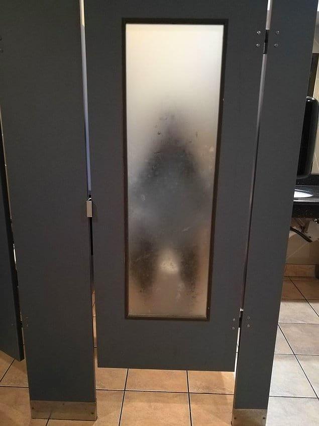 Туалетная кабинка с просвечивающей дверью
