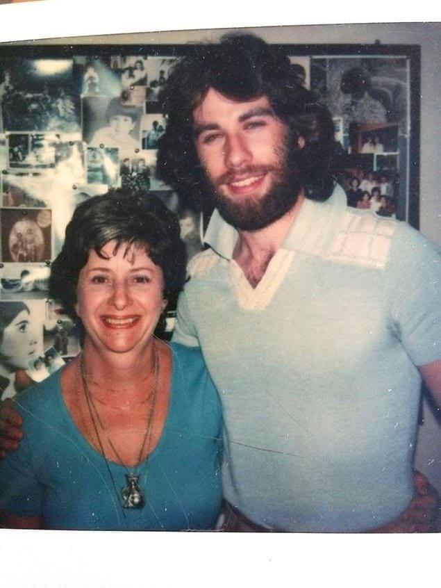 """""""В детстве моя мама дружила с Джоном Траволтой! Это фото было сделано после одного из его театральных выступлений в 70-х годах. Вы только гляньте на его волосы!"""""""