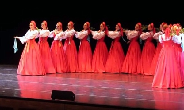 16 красивых девушек стоят на сцене, но как только они начинают плыть, а у меня мурашки по телу…